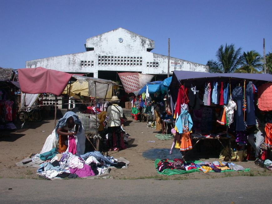 La halle et le marché de Mahambo