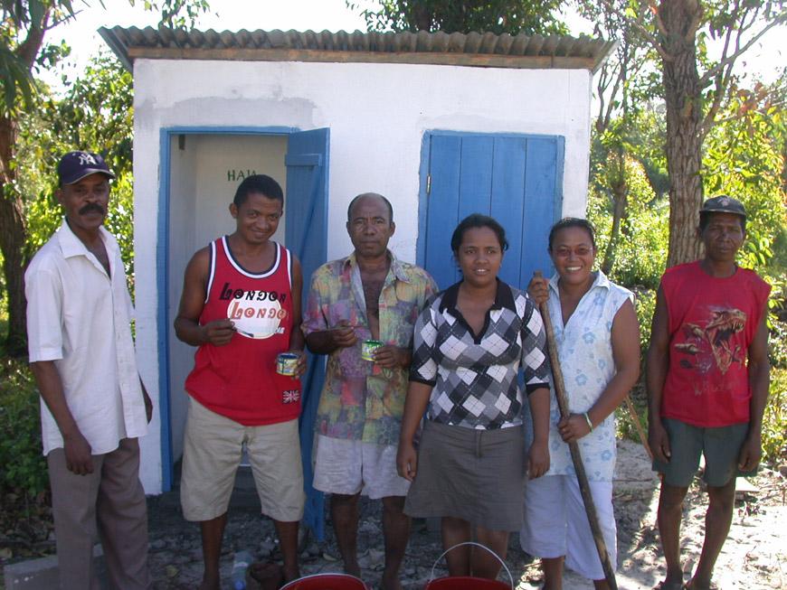Nouveaux WC au CEG de Mahambo