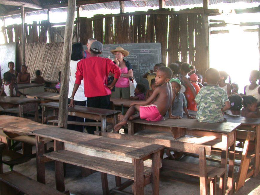 Un banc prévu pour deux accueille généralement 5 enfants