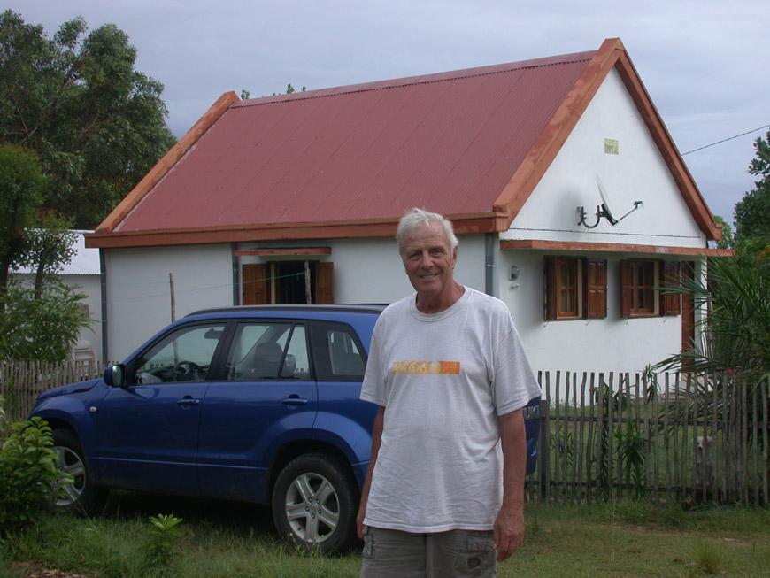 Emile devant sa maison à Foulpointe