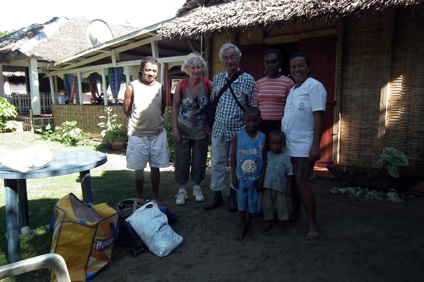 Michel et son épouse devant Ylang Ylang