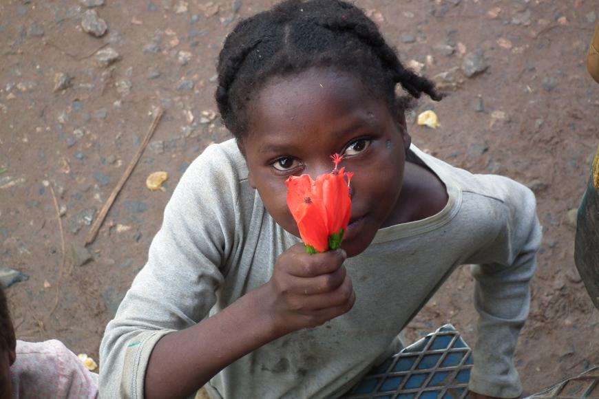 Jeune fille à l'hibiscus