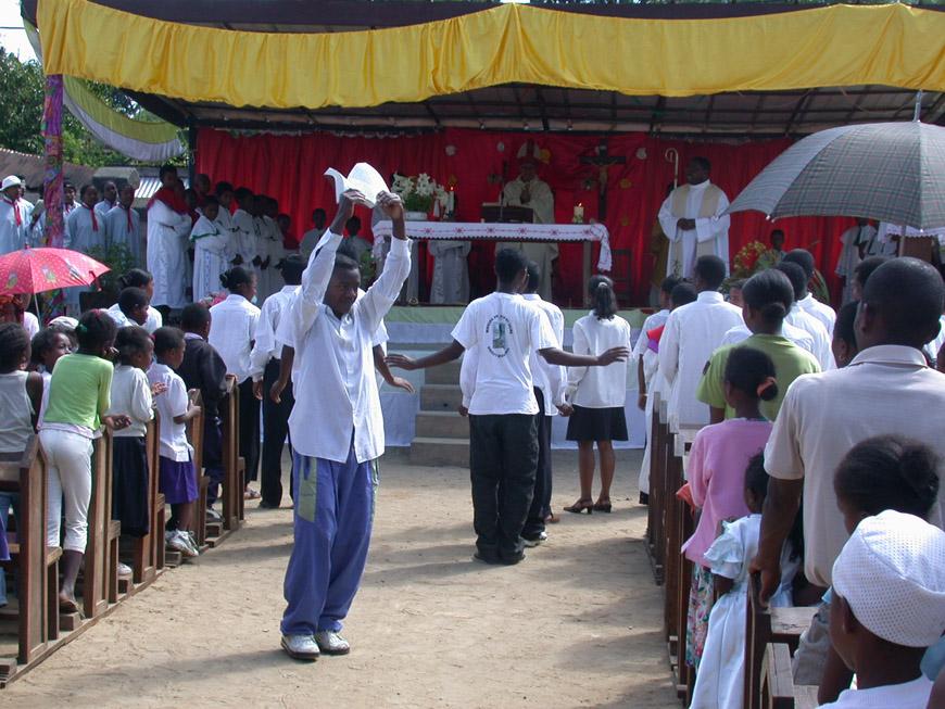 Messe catholique en plein air à Andasibe
