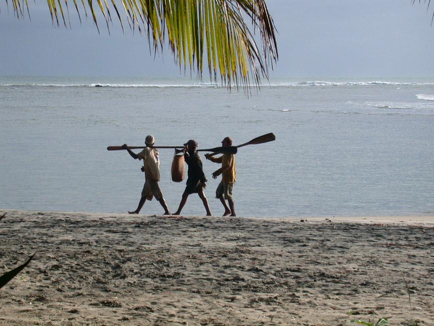 pêcheurs sur la plage de La Pirogue