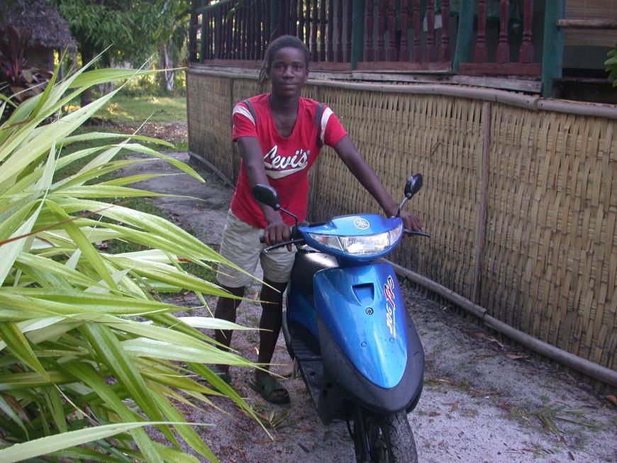 Le gardien Paul avec le nouveau scooter