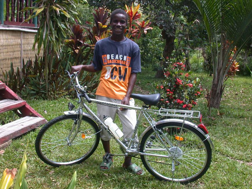Paul, fier de sa nouvelle bicyclette