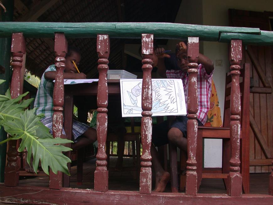 Les enfants dessinent sur la terrasse