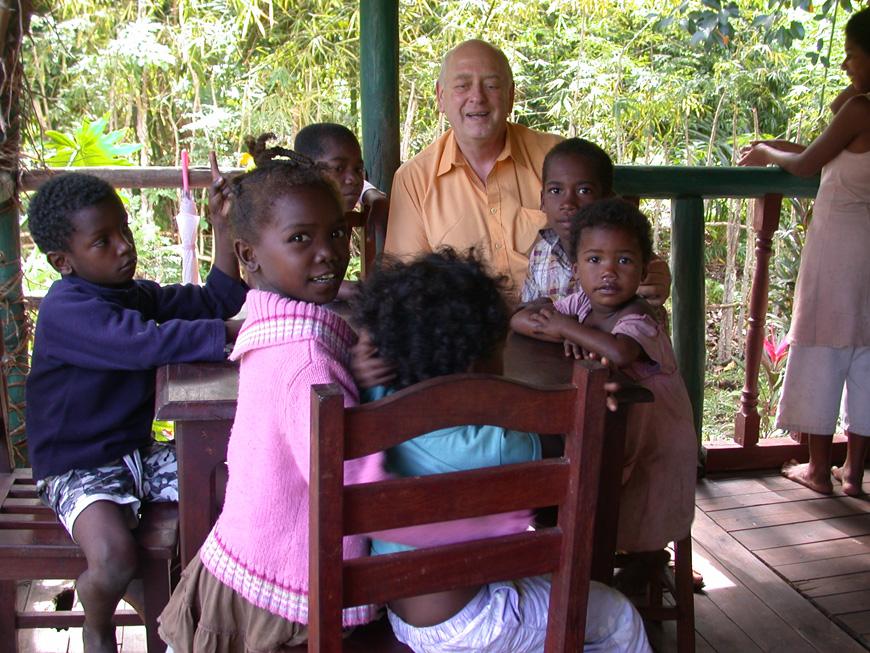 Des enfants sur la terrasse