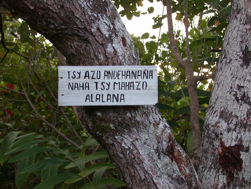 Panneau le long d'Hibiscus