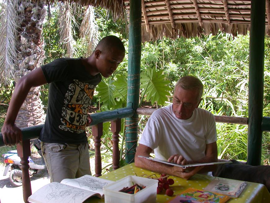 Gérard et son cuisinier Christophe, sur la terrasse de Olatra