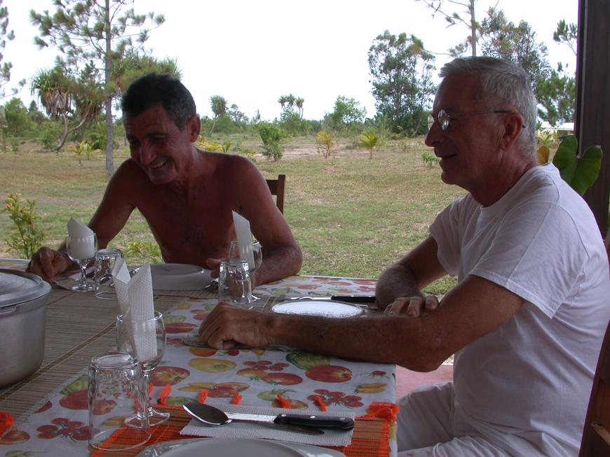 Un bon repas à Ambatomalama, avec Philippe et Gérard