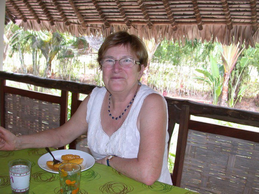Christiane sur la table de la terrasse