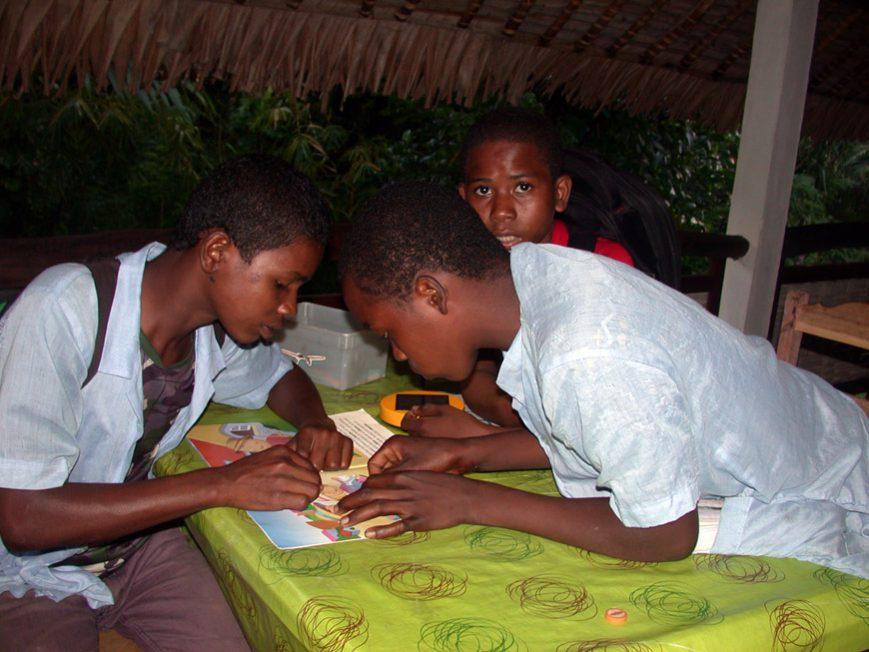 Jeunes sur la terrasse