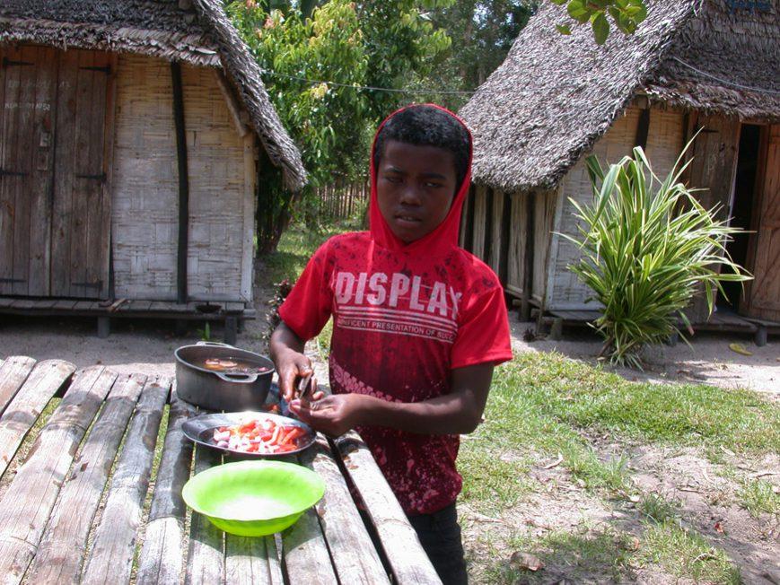 Quenio prépare son repas