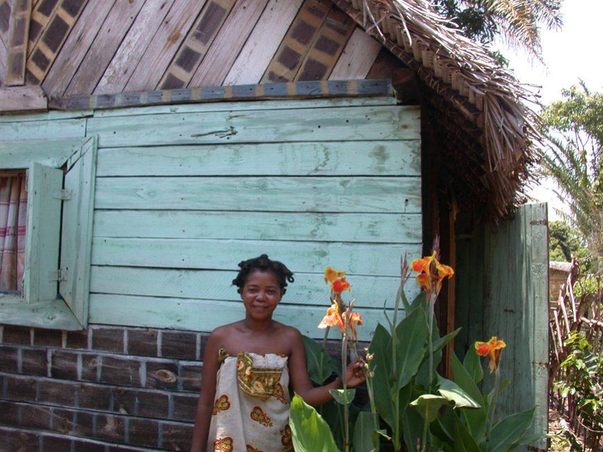 Zoe devant sa maison